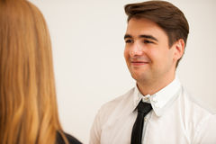 Человек и женщина на деловой встрече, сидя в офисе, диск Стоковые Изображения RF