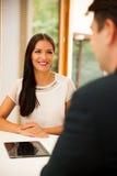 Человек и женщина на деловой встрече, сидя в офисе, диск Стоковая Фотография