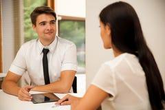Человек и женщина на деловой встрече, сидя в офисе, диск Стоковая Фотография RF