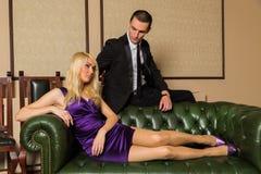 Человек и женщина на зеленом кресле стоковое фото