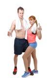 Человек и женщина на спортзале в фитнесе attire держать бутылки с водой Стоковая Фотография