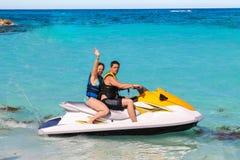 Человек и женщина на лыже двигателя Стоковые Изображения