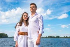 Человек и женщина обнимают на предпосылке воды Стоковые Изображения RF