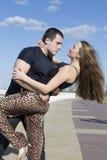 Человек и женщина обнимая outdoors Стоковые Фото