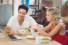 Человек и женщина обсуждая во время перерыва на чашку кофе в офисе Стоковая Фотография RF