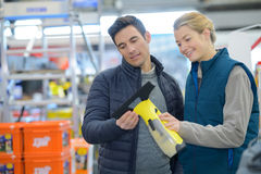 Человек и женщина обсуждая о новом инструменте деятельности Стоковая Фотография RF