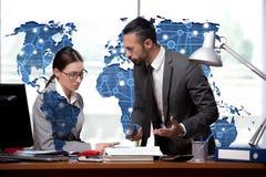 Человек и женщина обсуждая проблемы в концепции глобализации Стоковая Фотография