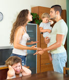 Человек и женщина обсуждая проблемы Стоковые Фото
