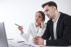 Человек и женщина обсуждая работу Стоковая Фотография RF