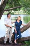 Человек и женщина около озера. Ссора. Стоковые Изображения