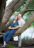 Человек и женщина около озера. Стоковые Изображения