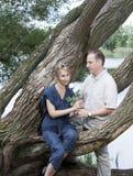 Человек и женщина около озера Стоковые Фото