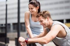 Человек и женщина ослабляют после тренировки Стоковое Фото
