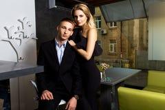 Человек и женщина одетые в черноте Стоковые Изображения RF