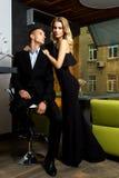 Человек и женщина одетые в черноте Стоковое Изображение