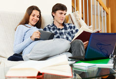 Человек и женщина подготавливая для экзаменов Стоковая Фотография RF