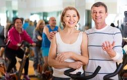 Человек и женщина представляя в спортзале и усмехаться Стоковое Изображение RF