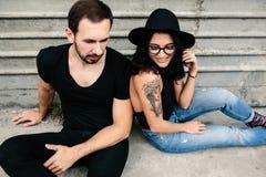 Человек и женщина представляя на стене серого цвета предпосылки Стоковое Изображение RF