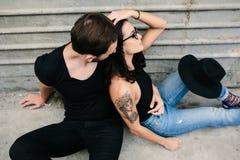 Человек и женщина представляя на стене серого цвета предпосылки Стоковые Фото
