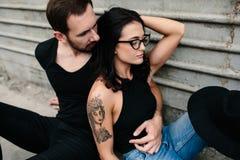 Человек и женщина представляя на стене серого цвета предпосылки Стоковые Изображения