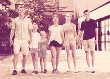 Человек и женщина при 4 дет усмехаясь и принимая прогулку Стоковое Изображение RF