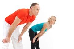 Человек и женщина протягивая на белой предпосылке стоковая фотография