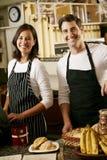 Человек и женщина работая в кофейне Стоковое Фото