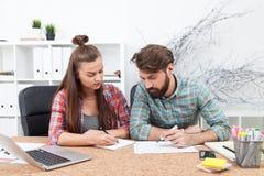 Человек и женщина работая на офисе Стоковое Изображение