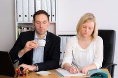 Человек и женщина работая совместно в офисе Стоковые Фотографии RF