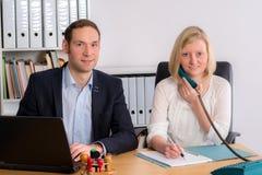 Человек и женщина работая совместно в офисе Стоковое Фото