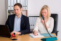 Человек и женщина работая совместно в офисе Стоковое Изображение RF