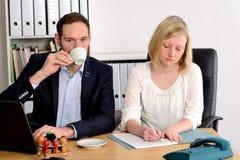 Человек и женщина работая совместно в офисе Стоковые Изображения RF