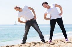 Человек и женщина работая совместно на пляже Стоковая Фотография RF