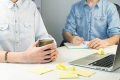 Человек и женщина работая совместно на современном столе офиса Стоковое фото RF