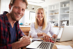 Человек и женщина работая совместно дома Стоковые Изображения RF