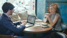 Человек и женщина расслабляющие в кафе видеоматериал