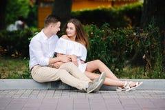 Человек и женщина сидя на обочине Стоковое фото RF