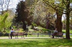 Человек и женщина сидя на стендах Стоковые Изображения RF