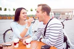 Человек и женщина сидя на таблице Стоковое фото RF
