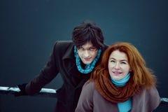 Человек и женщина смотря вверх, день, внешний Стоковая Фотография RF