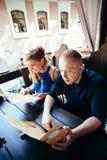 Человек и женщина смотря меню Стоковое фото RF