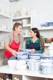 Человек и женщина смотря один другого в магазине керамики Стоковые Изображения RF