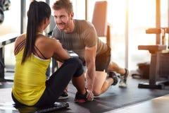 Человек и женщина смотря один другого в спортзале Стоковые Изображения