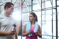 Человек и женщина смотря один другого в спортзале crossfit Стоковое Изображение