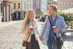 Человек и женщина смотря один другого и держа руки Стоковые Изображения