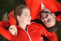 Человек и женщина спорта отдыхая в парке Стоковые Изображения