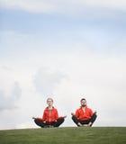 Человек и женщина спорта размышляя в парке Стоковое Изображение