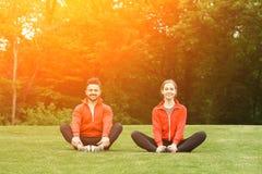 Человек и женщина спорта размышляя в парке Стоковая Фотография RF