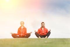 Человек и женщина спорта размышляя в парке Стоковые Фото