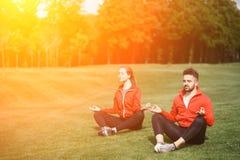 Человек и женщина спорта размышляя в парке Стоковые Изображения